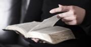Християнка беше брутално намушкана от разгневен мюсюлманин докато чете Библията