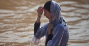 Хиляди православни християни се кръщават в река Йордан